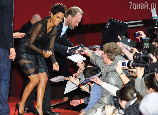Обладательница «Оскара» за лучшую женскую роль, голливудская актриса Холли Берри прилетела  в Москву, чтобы представить искушенной публике фантастический фильм «Облачный атлас»