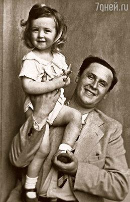 На плече у отца — я. Конец 1930-х гг.