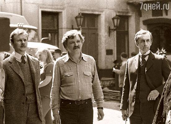 На съемочной площадке «Шерлока Холмса и доктора Ватсона». Между мной и Виташей Соломиным — режиссер Игорь Масленников