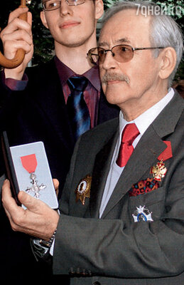 В моих руках — высокая награда Великобритании, полученная за роль Шерлока Холмса. Я командор Ордена Британской империи. Рядом —мой младший сын Николай