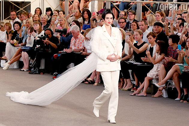 Закрывала показ Кендалл Дженнер. По традиции, манекенщица предстала в образе невесты, только не в подвенечном платье, а в белоснежном брючном костюме.
