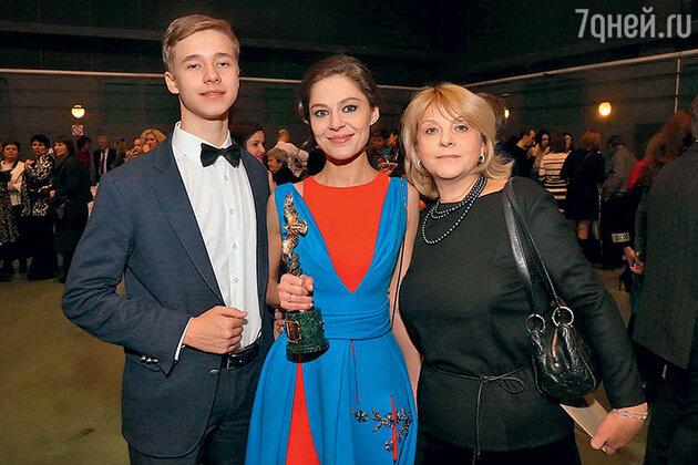 Елена Лядова с братом Никитой и мамой Ириной Васильевной