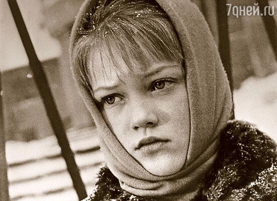 Свою первую роль в картине «Звонят, откройте дверь» мама получила в 11 лет