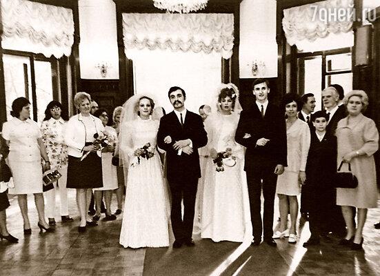 Свадьбу родители играли  в один день с маминым братом Виктором