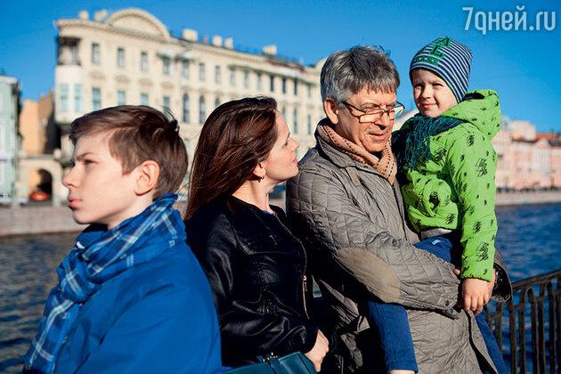 Иван Шарко с дочерью Марией и внуками Ваней и Матвеем