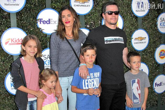 Марк Уолберг с женой и детьми— Эллой, Майклом, Бренданом и Грейс— на церемонии открытия звезды актера на голливудской Аллее славы. 2010 г.