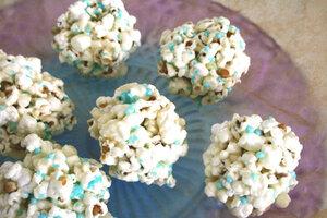 Попкорн в виде снежков: рецепт новогоднего десерта