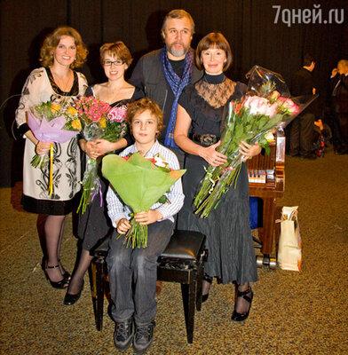 Евгения Симонова с мужем Андреем Эшпаем, дочерьми Марией и Зоей и внуком Лешей