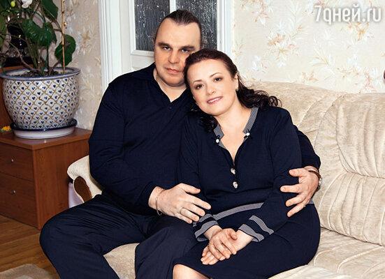 Елена и Павел у себя дома в московской квартире. Май 2010 г.