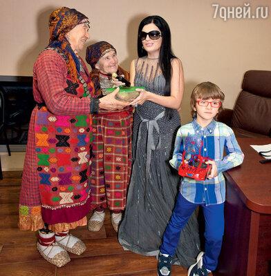 Диана Гурцкая с сыном Костей и «Бурановскими бабушками»