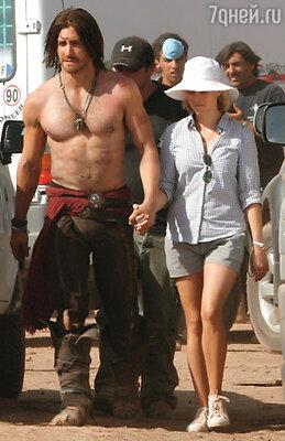 На съемках фильма «Принц Персии: Пески времени» Джейка навещала Риз Уизерспун. Марокко, 2008 г.
