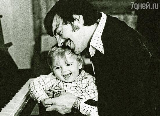 С сыном Сережей Боярский играл в «лошадки», пел ему и учил музыке