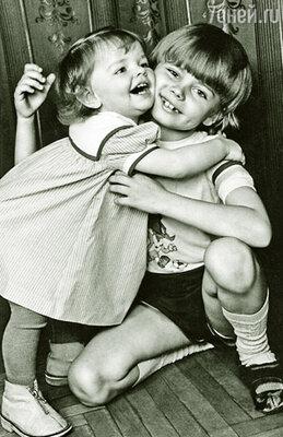 Лиза часто колотила старшего брата, но Сережа ее очень любил и терпел