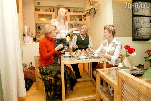 Олеся Судзиловская с сестрой Жанной, мамой Кариной Михайловной и отцом Ильей Ильичом в своей московской квартире