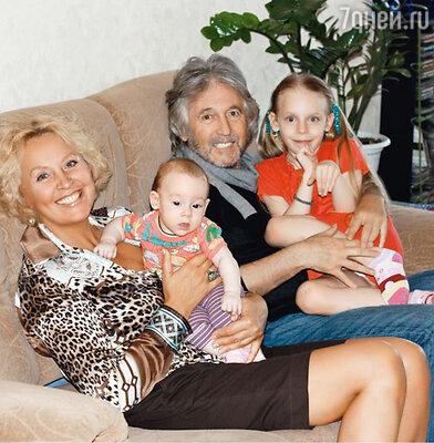 Вячеслав Малежик с женой Татьяной и внучками Лизой и Катей