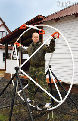 Самое любимое занятие Сергея на досуге — тренировки на тренажере для укрепления вестибулярного аппарата