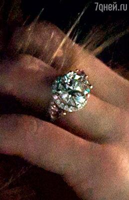 Подаренное Деппом помолвочное кольцо Эмбер вскоре вернула жениху, и тот шутливо пояснил журналистам, что камень оказался для нее слишком тяжелым