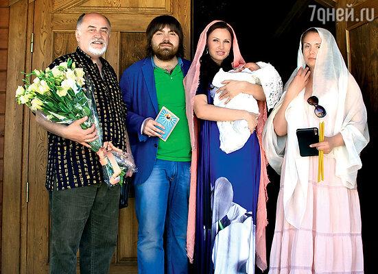 С крестными родителями малыша: режиссером Анатолием Александровым и подругой Эвелины Светланой