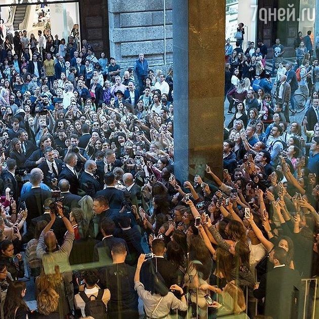 Фанаты Джиджи Хадид в Милане