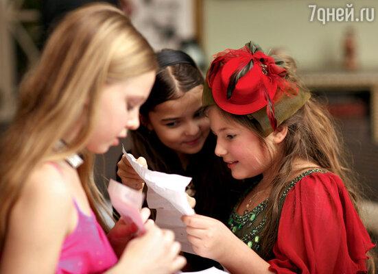 Маша Мельникова с подружками играют в фанты
