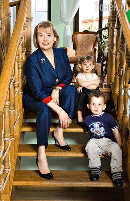 С внуками Софией и Нидалем в своем загородном доме