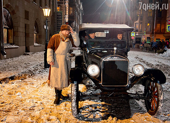 Андрею Зиброву (за рулем) пришлось освоить управление старинным авто