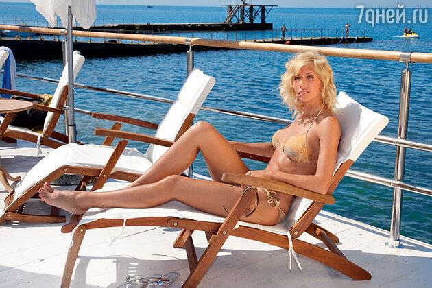 «На морском курорте обязательно смазываю волосы кокосовым маслом. Оно отлично помогает увлажнить пересушенные волосы»