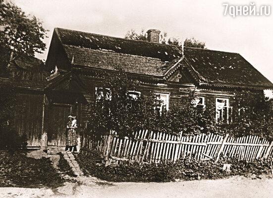 В 15 лет отец оставил Смоленск и отправился поступать в Мухинское училище. Хотел стать художником