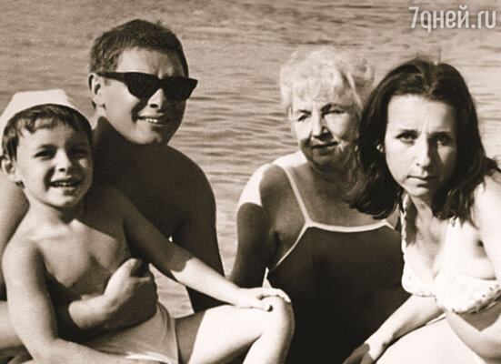 Летом мы каждый год снимали домик на Финском заливе. Дмитрий Хиль с женой и сыном Эдуардом, вдова Эдуарда Хиля-старшего Зоя Александровна