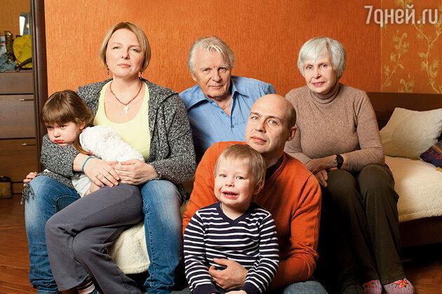 Юрий и Татьяна Назаровы с дочерью Василисой, внуками Наташей и Давидом и зятем Виктором