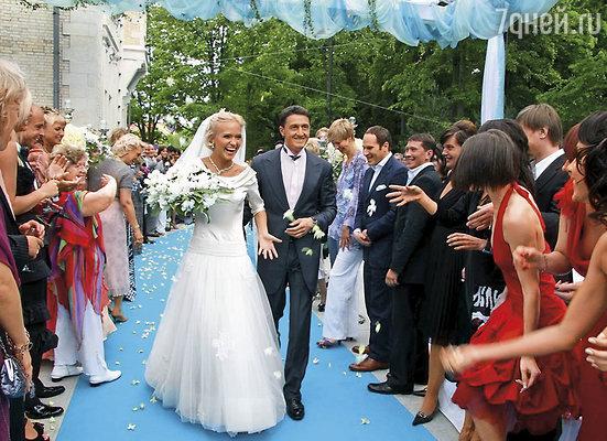 Первый кризис у нас случился практически после свадьбы. Все было так празднично, так сказочно: свадебная суета, примерка платья, брызги шампанского, гости, подарки...