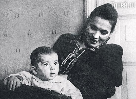 «Ни к одной женщине я не испытывал любви сильнее, чемк маме». С мамой Екатериной Михайловной