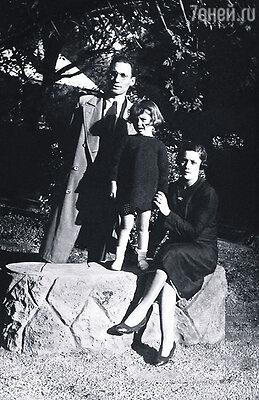После трагической смерти жены Педро заботился о дочери как умел. Лолита с матерью Анхеликой и отцом