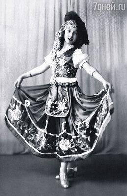 Лолита начала танцевать в 7 лет и в 12 уже дебютировала в театре