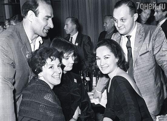 Никто не принимал Хулио Каччу (вверху справа) всерьез: суетливый, вечно о чем-то хлопочущий, застенчивый холостяк. На Московском международном кинофестивале. Справа налево: Лолита Торрес, Татьяна Самойлова, грузинская актриса Лия Элиава, 1963 г.
