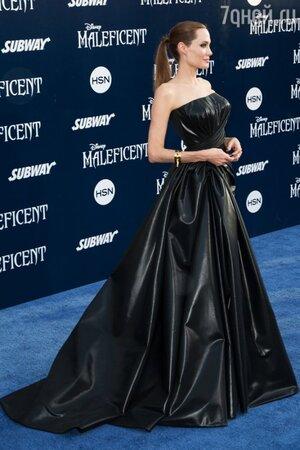Анджелина Джоли в платье от Versace на премьере фильма «Малефисента»