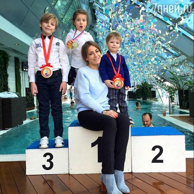 Юля Барановская с детьми Артёмом, Яной и Арсением