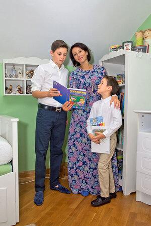 Алика Смехова с сыновьями Артемом и Макаром
