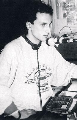 Карьеру ведущего Дмитрий начинал на «Радио Модерн». 1993 г.