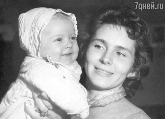 Алене Яковлевой годик. С мамой Кирой. 1962 год