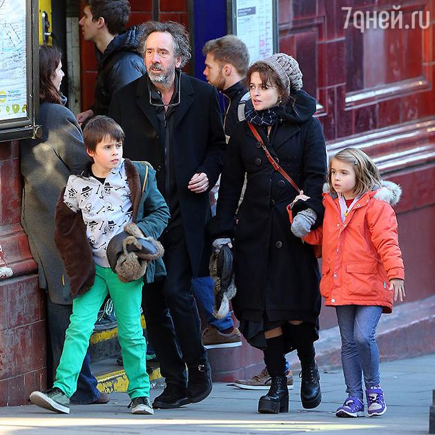 Тим Бертон и Хелена Бонем Картер с детьми на прогулке