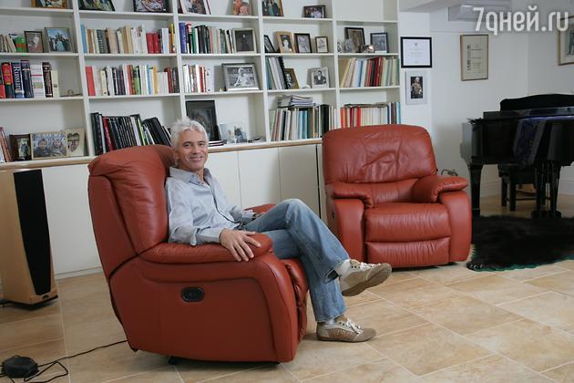 Дмитирй Хворостовский в своей лондонской квартире