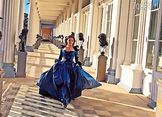 Юлия Проскурякова  в клипе  Игоря Николаева «Песня для тебя»  превращается в сказочную принцессу.
