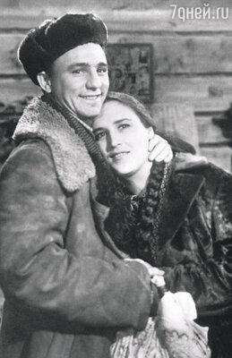 С Николаем Рыбниковым в фильме «Чужая родня». 1955 г.