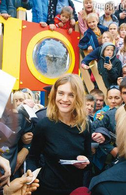 Во время открытия детской площадки в Бийске. Часа три Наташа раздавала автографы, общалась с каждым, кто к ней подходил