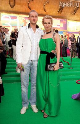 С мужем бизнесменом Сергеем Дзебанем на закрытии 31-го ММКФ. 2009 г.