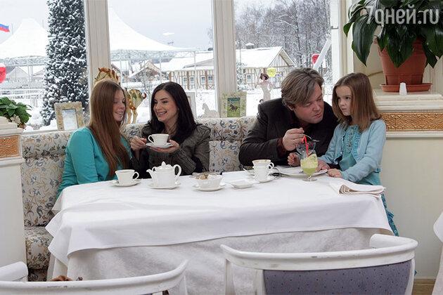 Екатерина и Александр Стриженовы с дочерьми Сашей и Настей