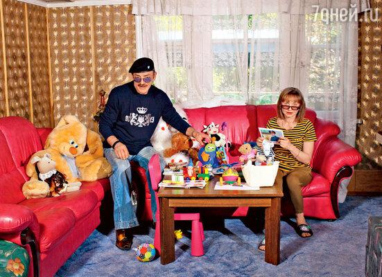 «Внучкам пока с Андрюшей не интересно, ноон пытается за ними увязаться. Или топает надругой участок, где дети, велосипеды, качели. Мы с Ларисой переживаем, но чаще всего он с нами. Это наша забота и игрушка»