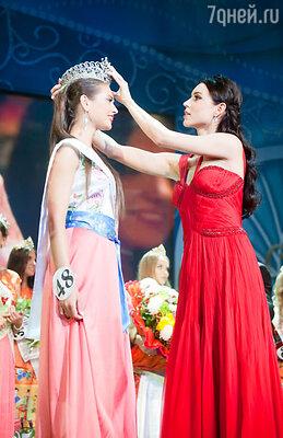 Главный приз фестиваля — Гран-при «Краса России-2013» в этот вечер вручала победительница конкурса 2012 года Элина Киреева