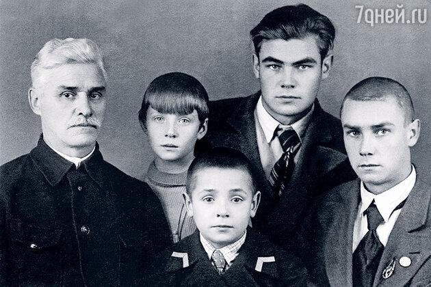 Руфина Нифонтова со своим отцом Дмитрием Ивановичем и братьями — Славой Александром и Борисом